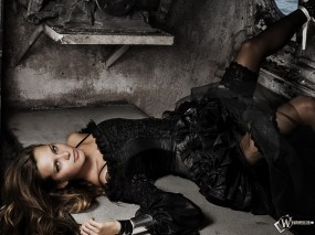 Обои Девушка в темнице: Взгляд, Брюнеточка, Sexy lady, Темница, Чёрное платье, Девушки