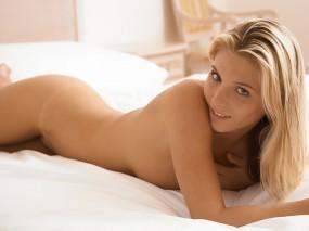 Обои Блондинка в постели: Взгляд, Постель, Блондинка, Тело, Девушки