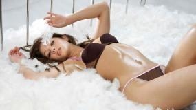 Обои Никки Сандерсон: Брюнетка, Перья, Nikki Sanderson, Девушки