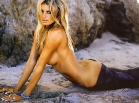 Обои Блондинка на песке (Marisa Miller): Песок, Блондинка, Попа, Marisa Miller, Мариса Миллер, Девушки