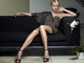 Обои Наоми Уоттс (Naomi Watts): Платье, Диван, Длинноногая, Наоми Уоттс, Naomi Watts, Девушки
