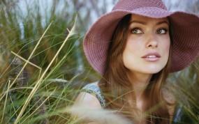 Обои Оливия Уайлд (Olivia Wilde): Трава, Olivia Wilde, Оливия Уайлд, Шляпа, Девушки