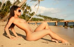 Обои Брюнетка на песочке: Грудь, Пляж, Песок, Брюнетка, Фигура, Очки, Девушки