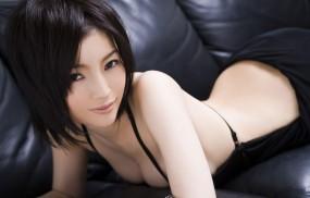Обои Японка на кожаном диване: Кожа, Брюнетка, Диван, Японка, Ню, Девушки