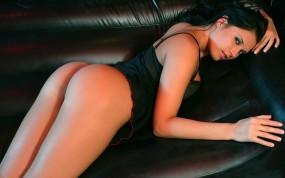 Обои Девушка на кожаном диване: Девушка, Брюнетка, Диван, Девушки