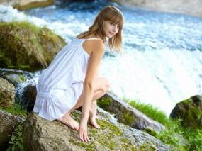 Обои Девушка сидит у водопада: Платье, Девушка, Камни, Водопад, Сидит, Девушки