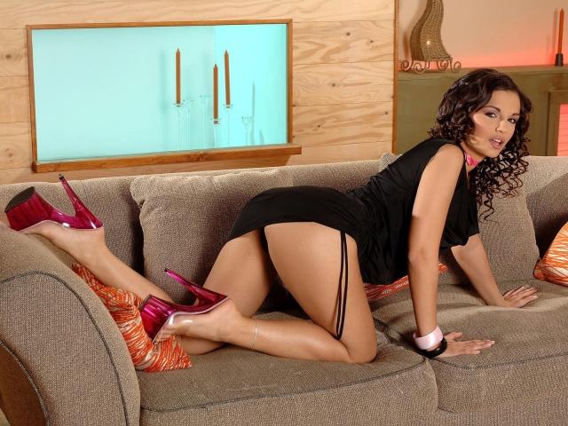 Eve Angel на диване