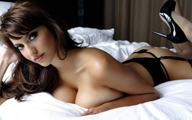 Девушка на постели (Francoise Boufhal)