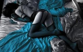 Обои Девушка на постели в чулках: Девушка, Кровать, Чулки в сеточку, Обесцвеченная, Девушки
