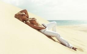 Обои Блондинка на песке: Пляж, Песок, Блондинка, Соблазн, Штаны, Девушки