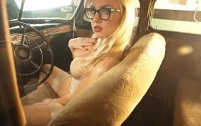 Обои Ретро блондинка: Блондинка, Очки, Салон, Старая машина, Ancilla Tilia, Девушки