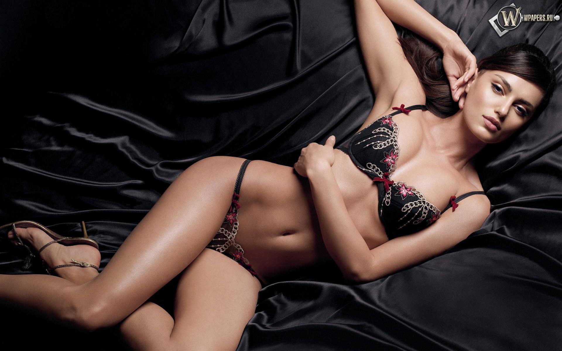 Секс с брюнеткой на кровати в черных колготках 16 фотография