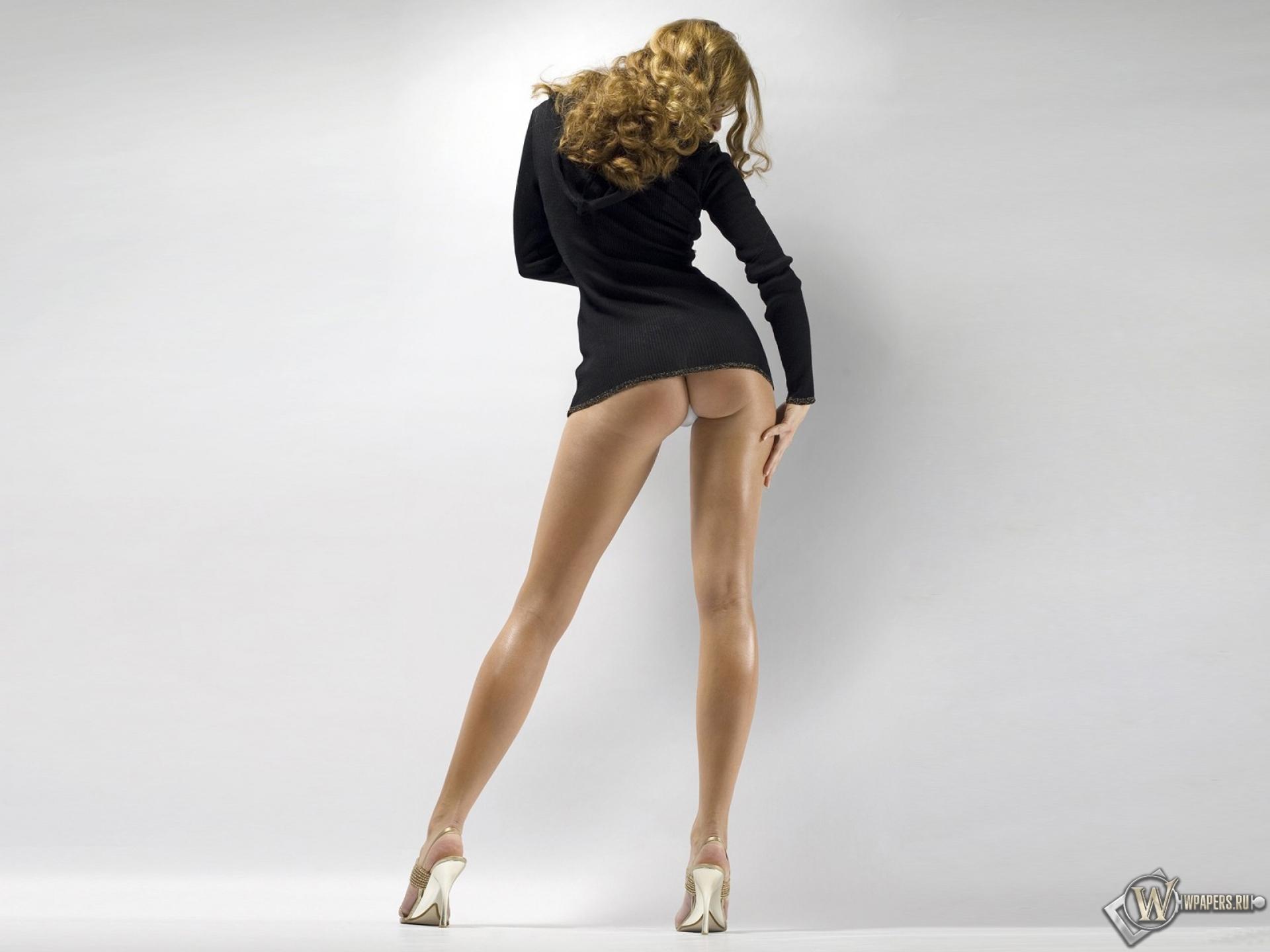 На улице - минус 23 . Красивые голые ножки.Beatiful bare feet
