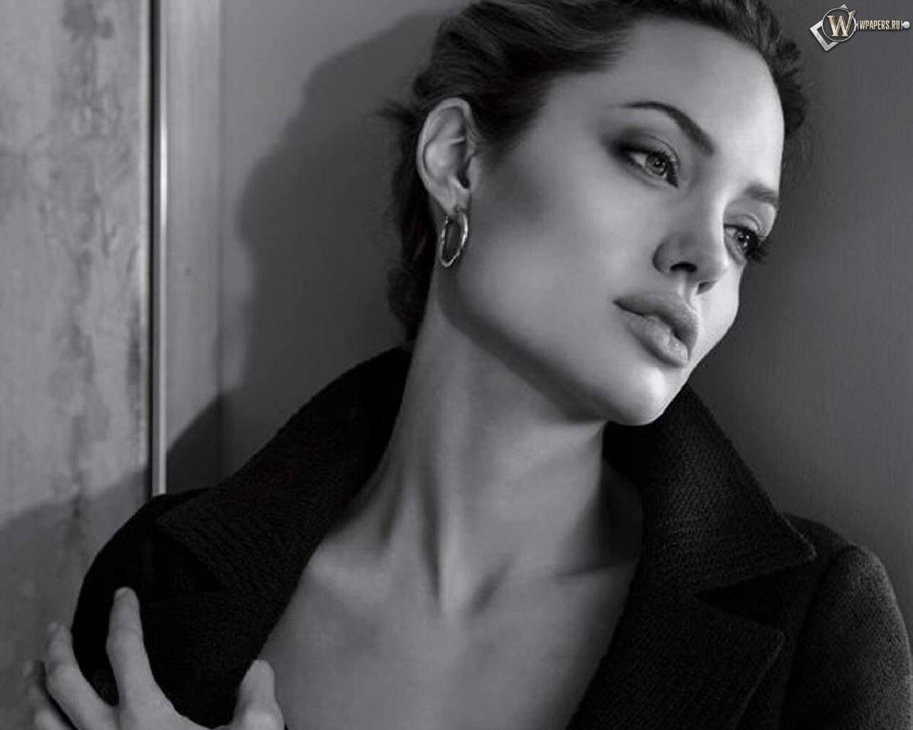 Анджелла Джоли у стены 1280x1024