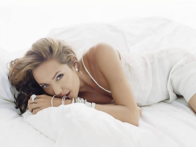 Анджелина Джоли в постели