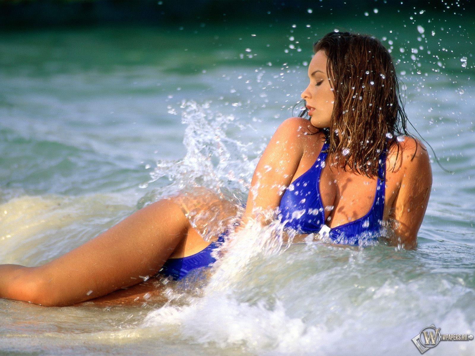 Девушка в морской воде 1600x1200