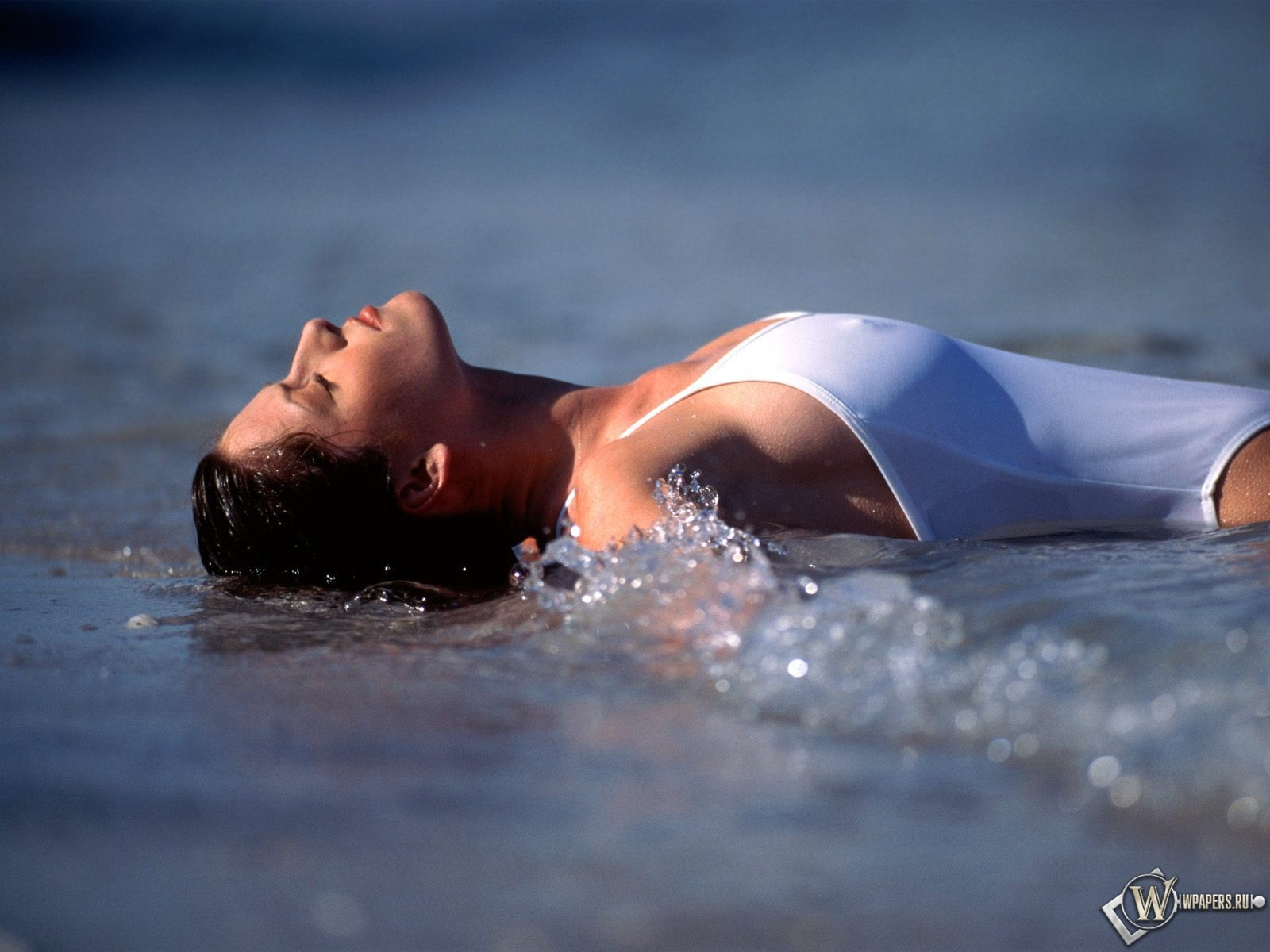 Обои Девушка в море Волны, Мокрая маечка, Мокрая девушка, Мокрые