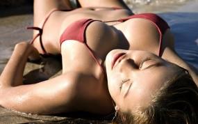 Обои Девушка отдыхает: Грудь, Вода, Песок, Мокрые девушки