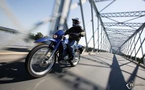 Обои Мотоцикл на мосту: , Yamaha