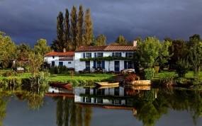 Обои Дом у озера: Озеро, Небо, Дом, Природа