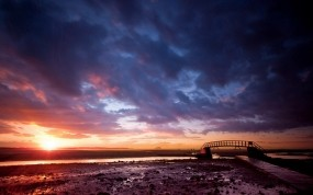 Обои Закат и облачное небо: Облака, Солнце, Мост, Небо, Горизонт, Природа