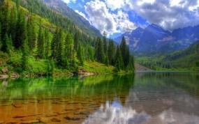 Обои Лес у озера: Облака, Горы, Деревья, Озеро, Вода и небо