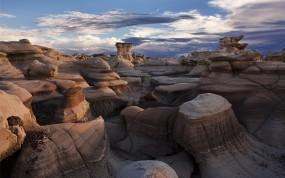 Обои Bisti Badlands: Пустыня, Камни, Небо, Природа