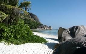Обои Тропический пляж: Пляж, Песок, Море, Камни, Природа