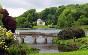 Обои Каменный мост: Зелень, Мост, Озеро, Природа