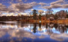 Обои Дома у реки: Облака, Река, Берег, Осень, Дома, Осень