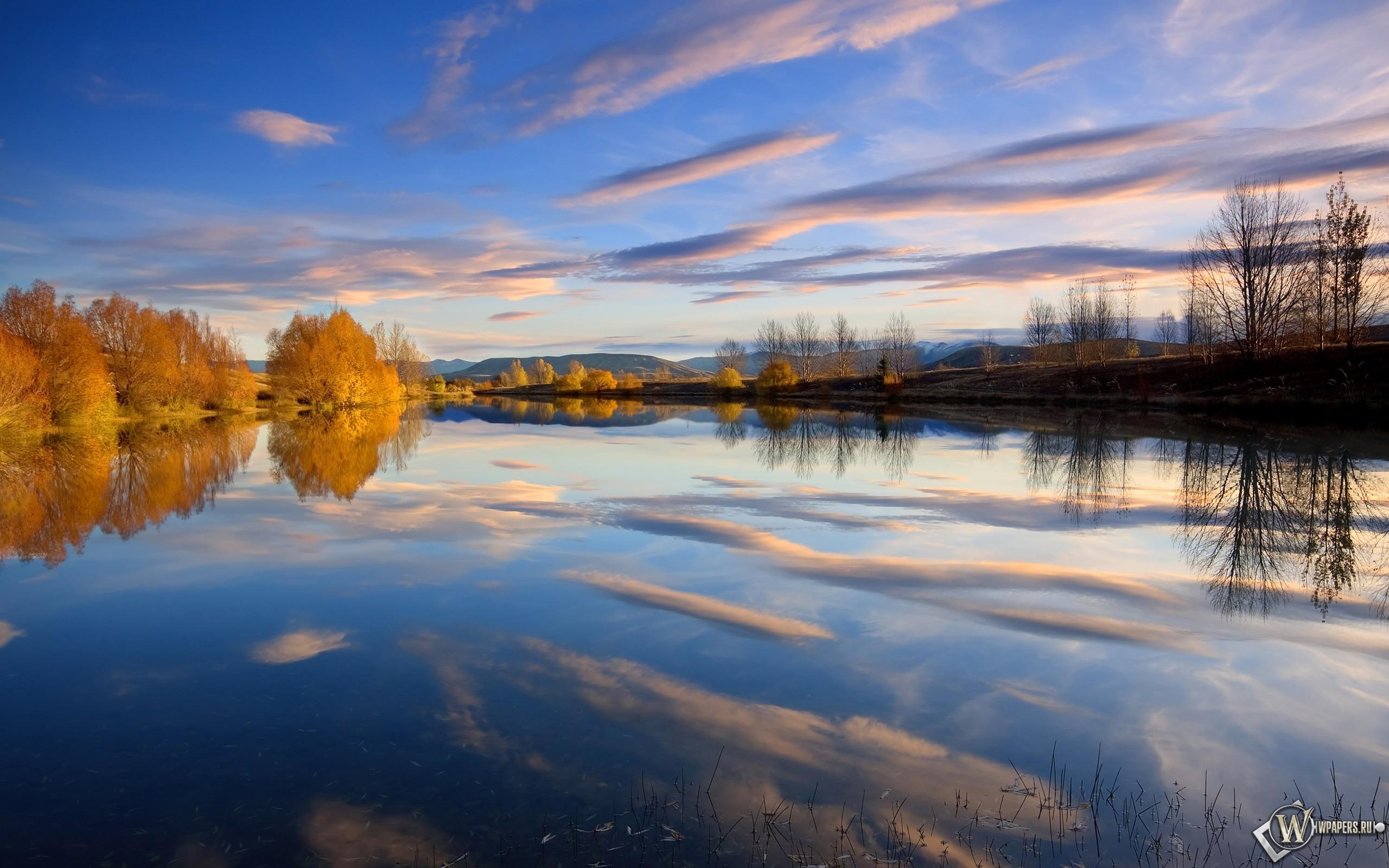 Отражение в осеннем озере 2560x1600