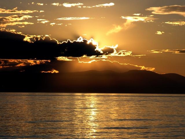 Солнце за облаком на Байкале