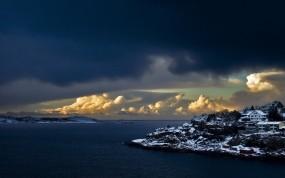 Обои Норвегия: Облака, Снег, Залив, Дома, Норвегия, Мыс, Прочие пейзажи