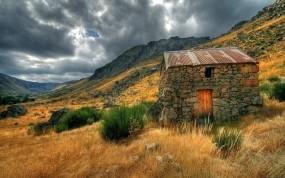 Обои Glaciarvale: Луга, Тучи, Дом, Прочие пейзажи