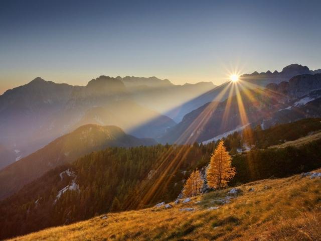 Обои солнце в горах на рабочий стол с