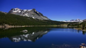 Обои Горное озеро: Горы, Озеро, Лето, Вода и небо