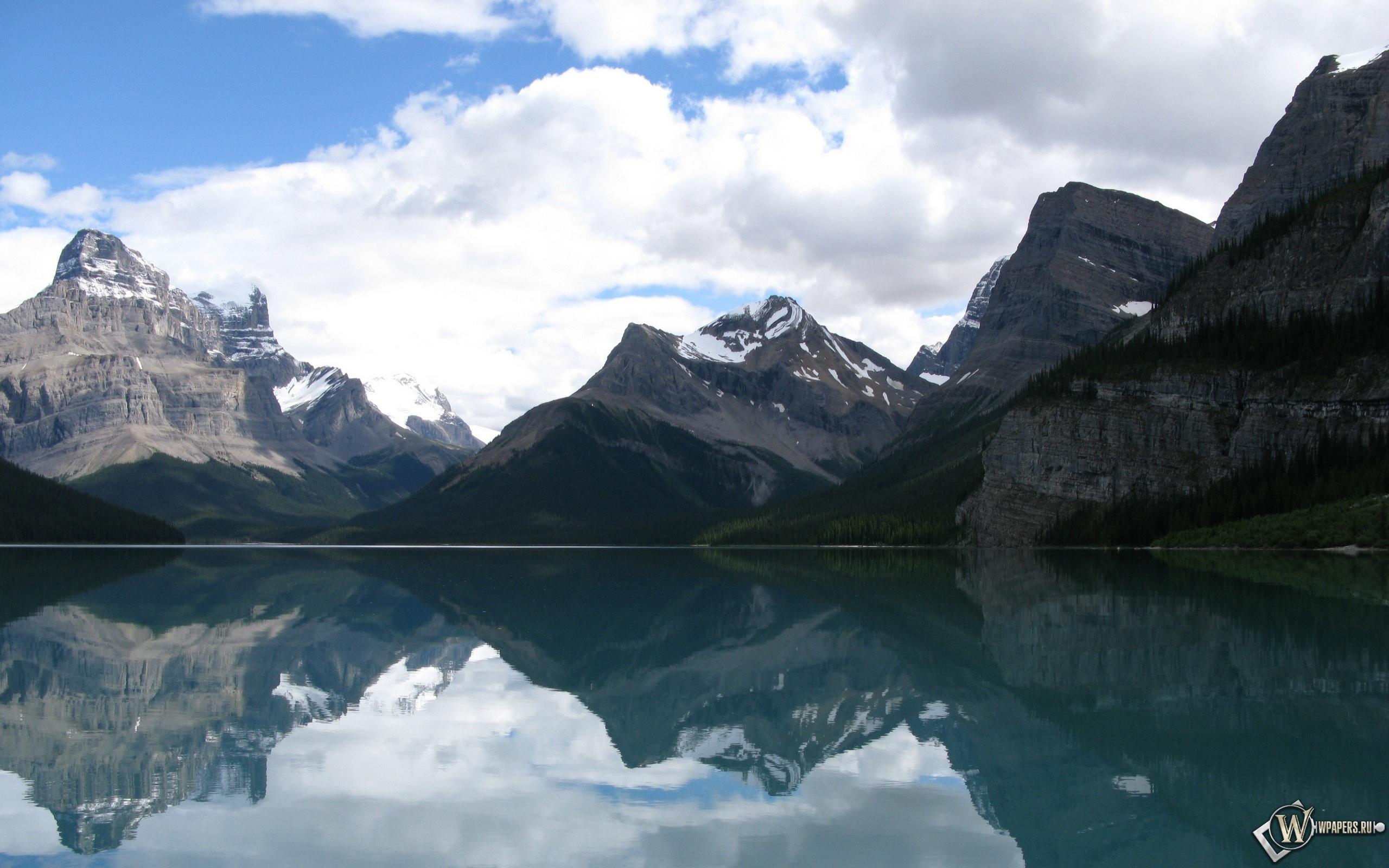 Горы у озера 2560x1600