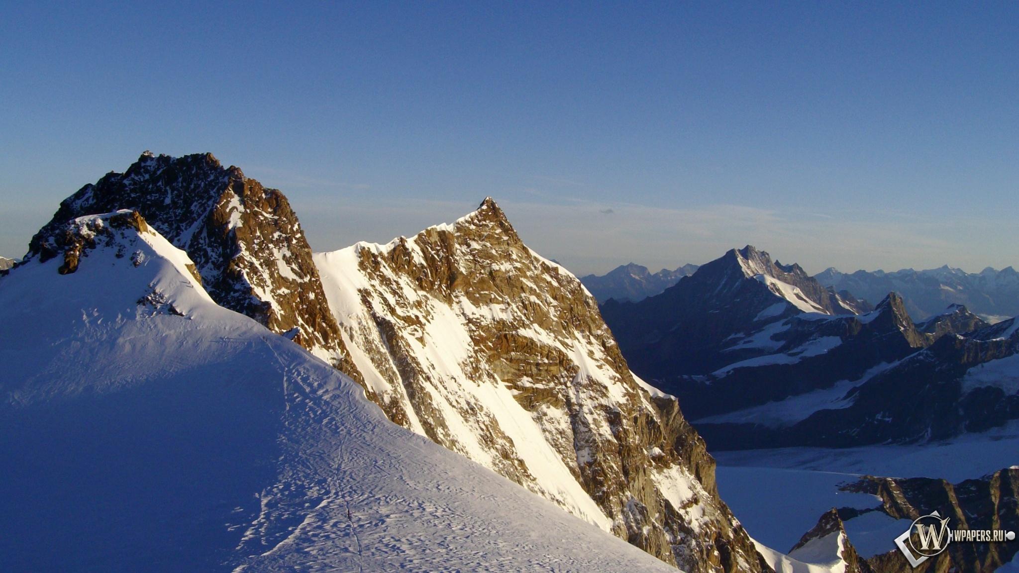 Солнечные горные вершины 2048x1152