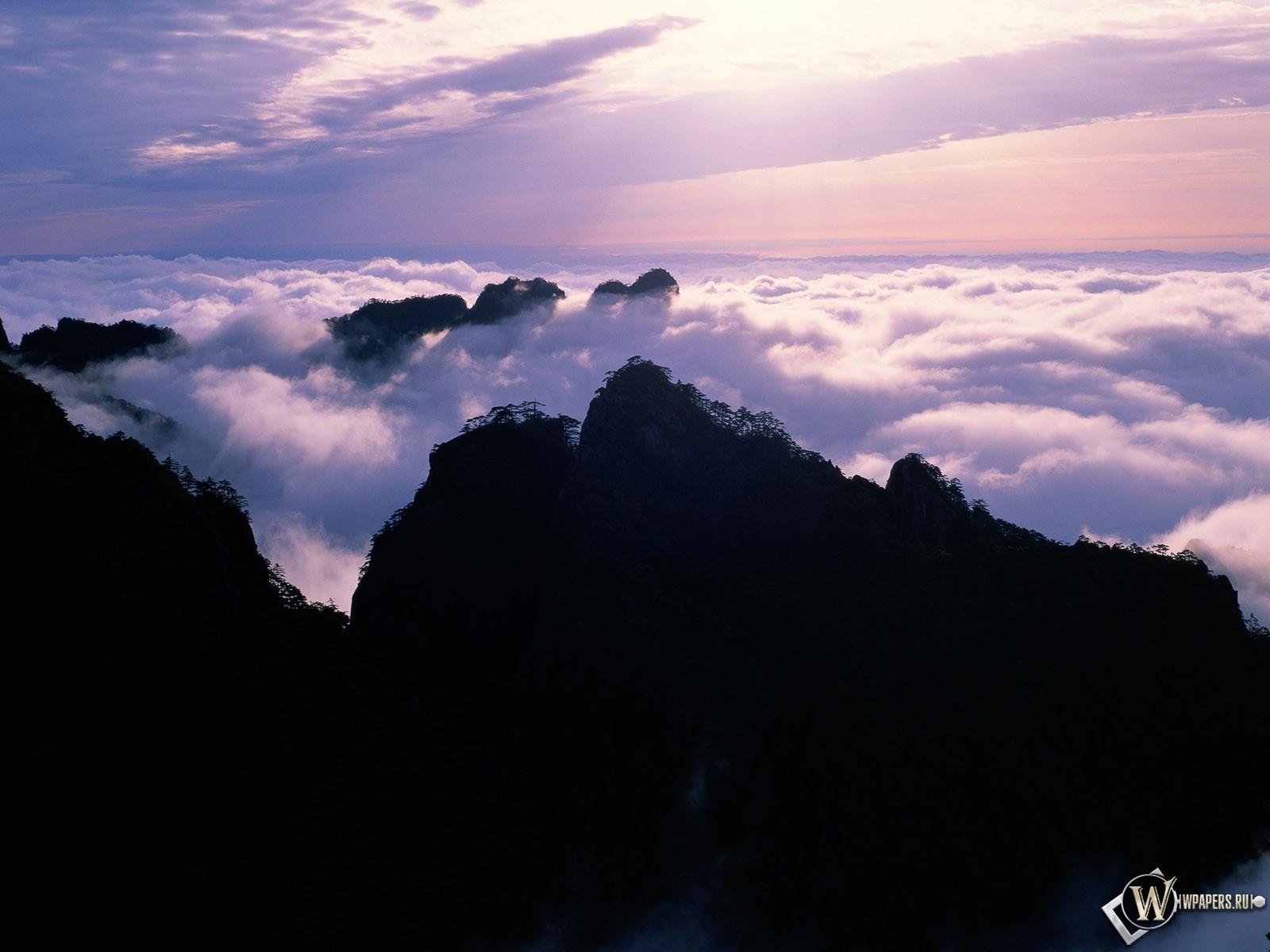 Горы над облаками 1600x1200