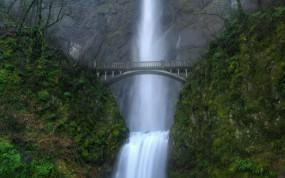 Обои Водопад у моста: Зелень, Мост, Водопад, Водопады