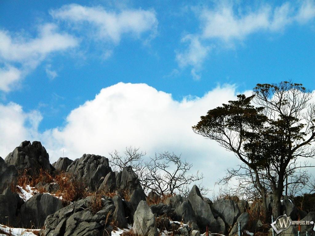 Облака над снежными камнями 1024x768