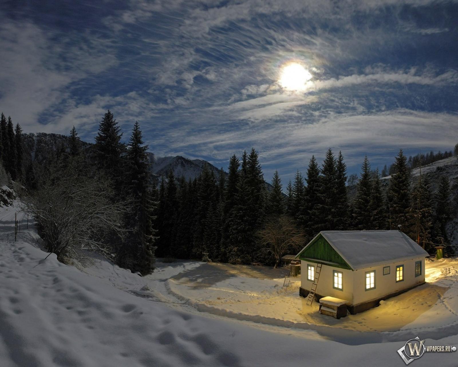 Домик в снежном лесу на рабочий стол с