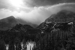 Обои Зимний лес на горах: Горы, Снег, Лес, Солнце, Тучи, Туман, Чёрно-белая, Зима