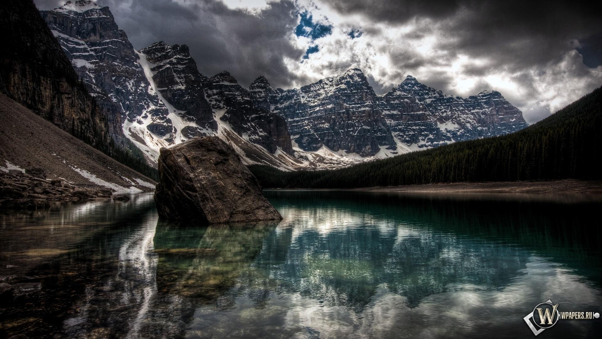 Лесное озеро горы отражение снег