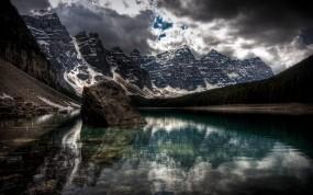 Обои Лесное озеро: Горы, Отражение, Снег, Лес, Тучи, Озеро, Природа