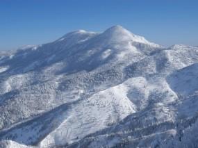Обои Снежный горный пейзаж гора ёкотэ: Зима, Снег, Деревья, Япония, Гора, Склон, Зима