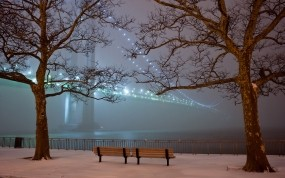 Обои Зимний парк вечером: Огни, Зима, Снег, Деревья, Мост, Туман, Вечер, Парк, Скамейки, Зима