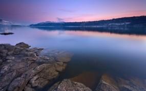 Обои Каменистый берег озера: Камни, Озеро, Вода и небо