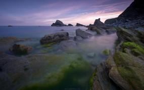 Обои Зеленый мох на камнях: Вода, Камни, Мох, Берег, Вода и небо