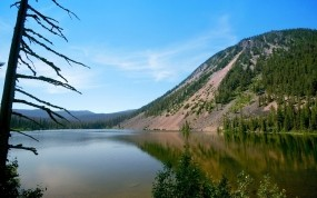 Обои Холм у озера: Пляж, Вода, Море, Берег, Дерево, Гора, Склон, Вода и небо